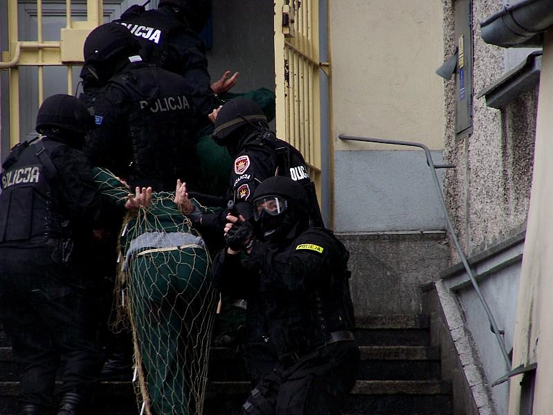 Oskarżyli ośmiu policjantów