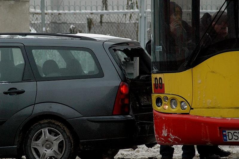 Zderzenie autobusu z osobówką
