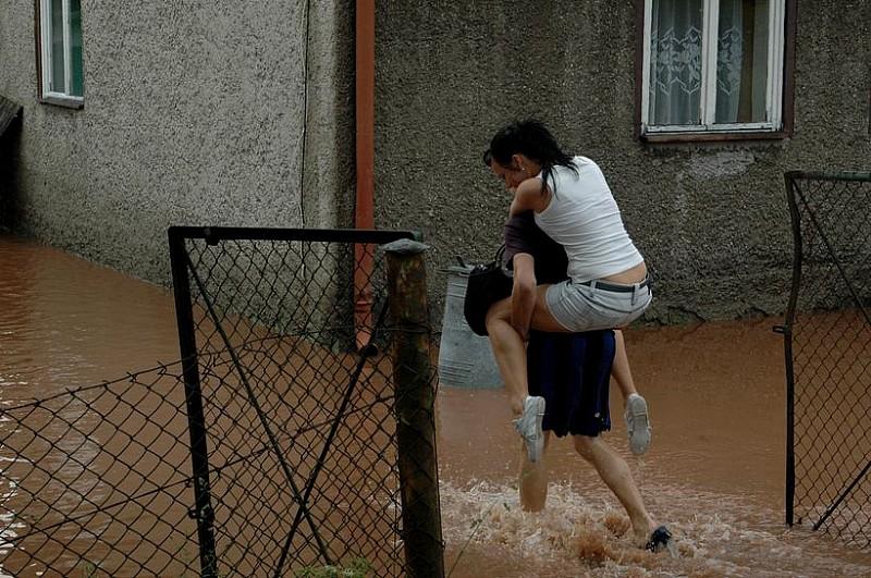 Wałbrzyscy strażacy pomagają powodzianom