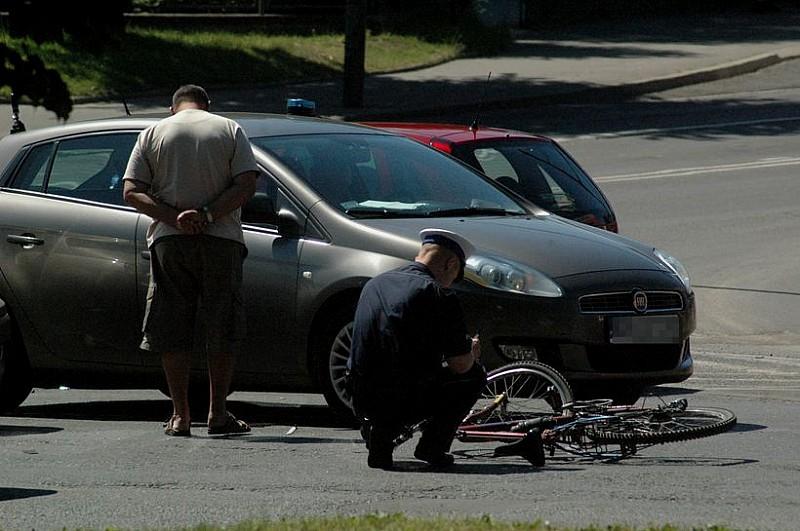 Wjechał rowerem pod samochód