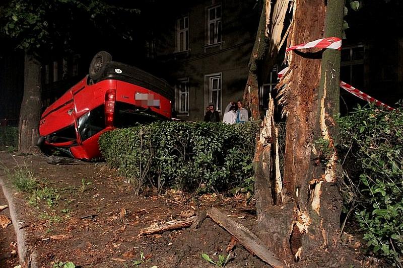 Uderzył w drzewo i dachował - zdjęcia