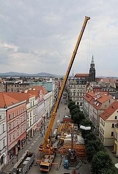 W centrum Świdnicy stanął potężny żuraw