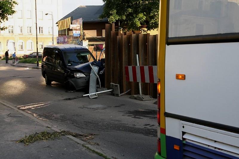 Wyprzedzał autobus. Skończył na barierkach.