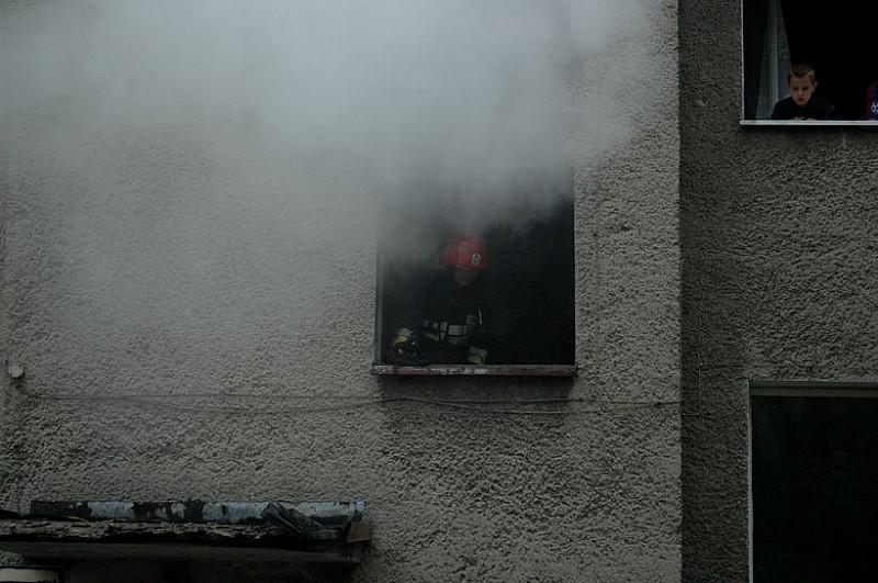 Uratowali staruszkę z pożaru