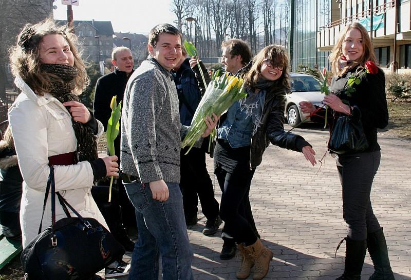 Studentki PWSZ AS obsypane kwiatami