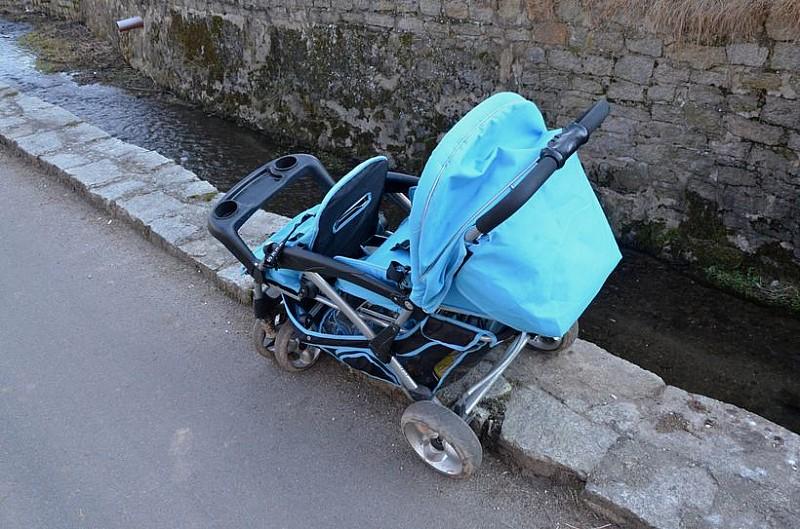 Chciał wrzucic do rzeki wózek z dzieckiem