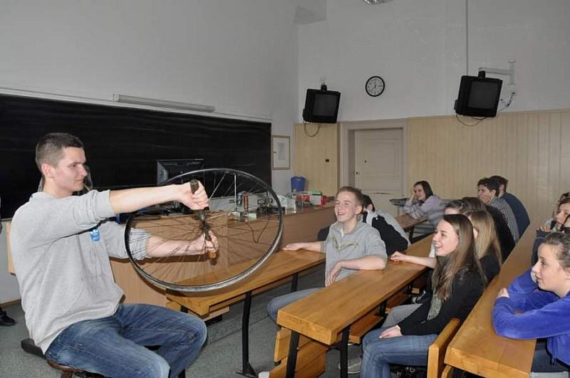 Pokonać próżnie – gimnazjaliści w roli studentów