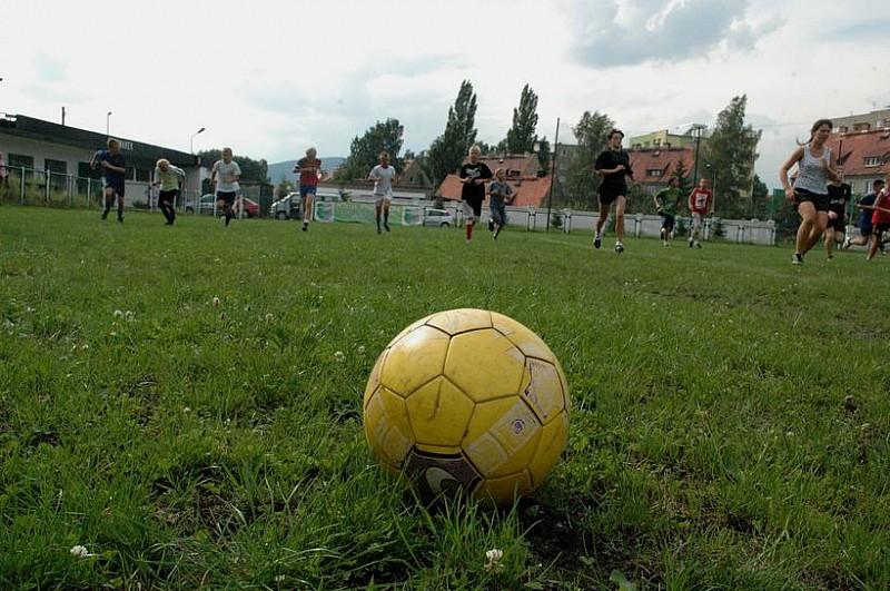 Gwarek szuka dzieci do gry w piłkę