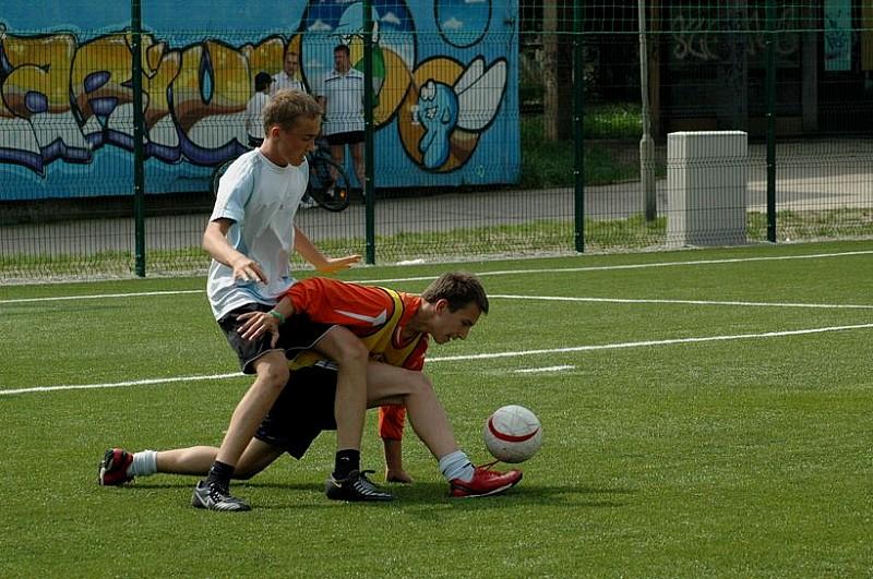 Piłkarze i koszykarze na boiskach