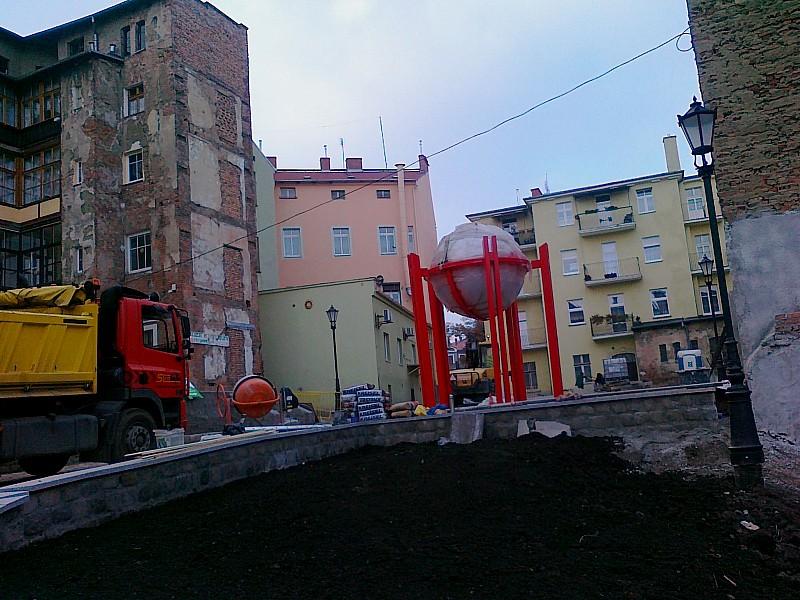 Czarodziejska kula w centrum miasta