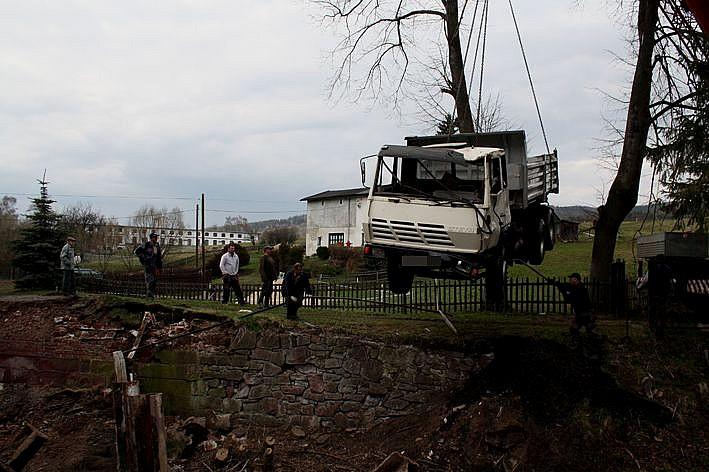 Most nie wytrzymał. TiR wpadł do rzeki
