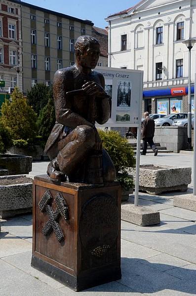 Rzeźba wróciła na chwilę przed ratusz