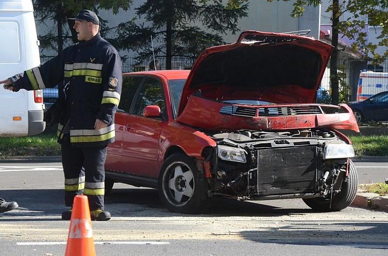 Wypadek obok komendy policji - video