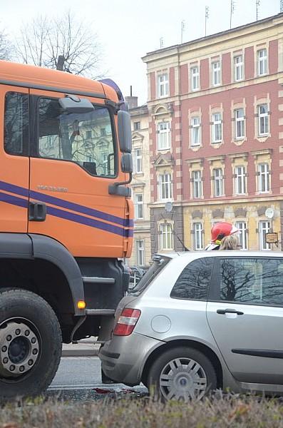 Wjechał ciężarówką w Fiata - film