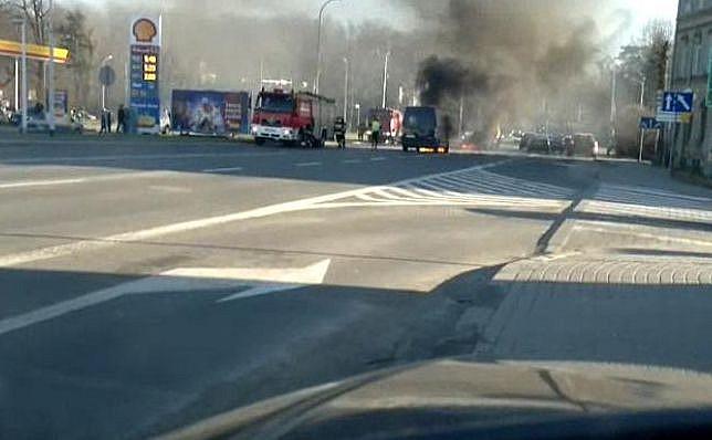 Bus zaczął palić się już na lawecie - zobacz video