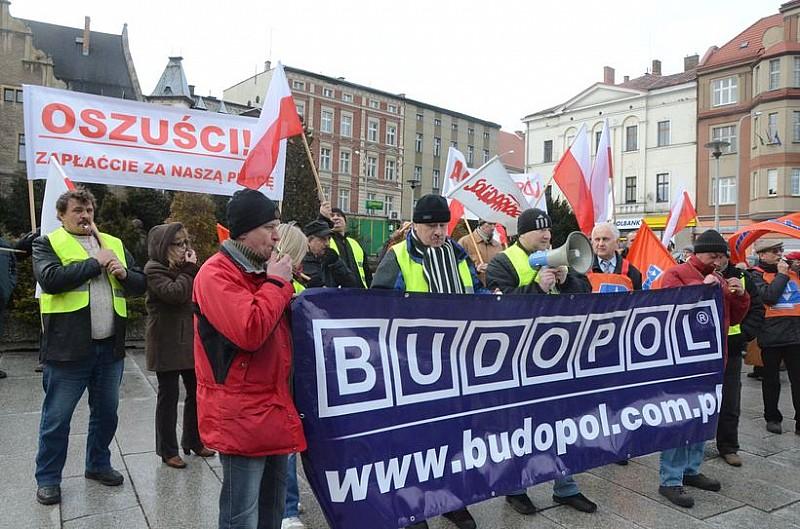 Demonstracja związkowców przed urzędem - video