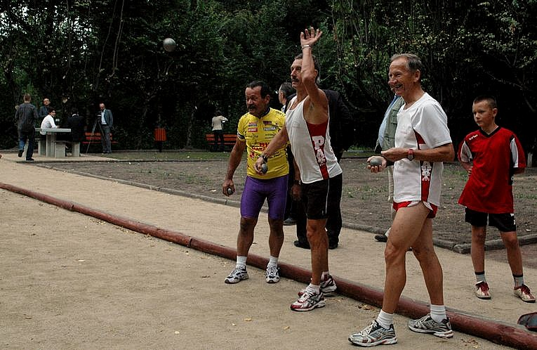 Uprawiaja sport w parku