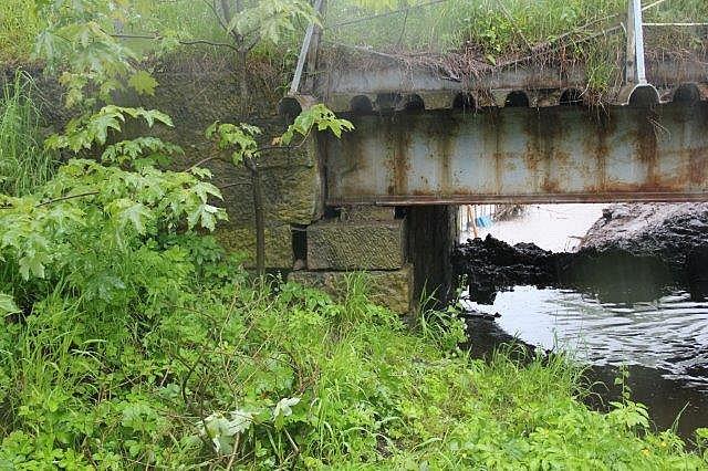 Woda podmyła most. Droga zamknięta