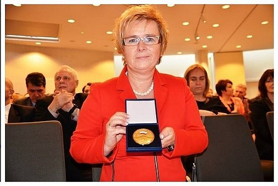 Posłanka z medalem