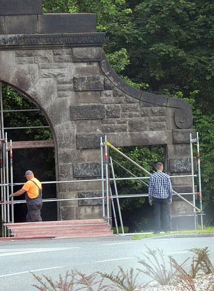 Zabytkowa brama odnowiona