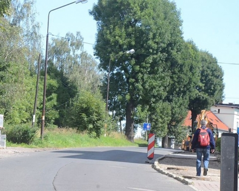 Remontują drogę i most